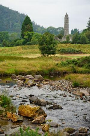 Kruhová veža kláštora v Glendalough pri pohľade z diaľky