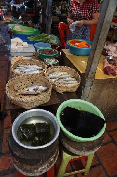 Ruský trh v Phnom Penhu - je obľúbený vďaka nižším cenám oproti iným trhom a nakúpite tu aj ryby