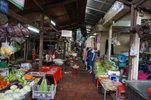 Ruský trh v Phnom Penhu - je obľúbený vďaka nižším cenám oproti iným trhom a nakúpite tu aj zeleninu a ovocie