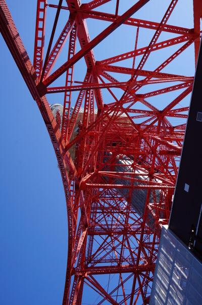 Tokyo Tower (Japonská rádiová veža) - najikonickejšia stavba mesta - jej konštrukcia až okato pripomína inšpiráciu Eiffelovkou