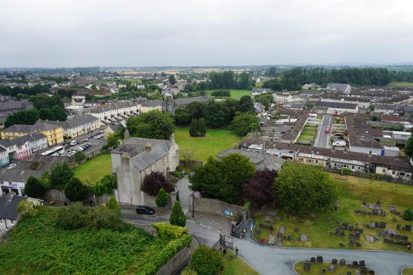 Pohľad na Kilkenny z veže Katedrály sv. Canicia, zhruba v strede vidieť Kostol sv. Canicia