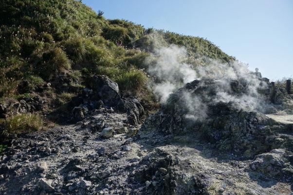 Para stúpajúca zo sírnych prieduchov na úpätí hory (a spiacej sopky) Qixing v Národnom parku Yangmingshan