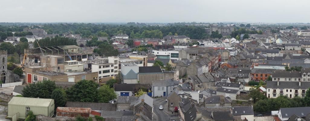 Pohľad na Kilkenny z veže Katedrály sv. Canicia, v diaľke vpravo hrad