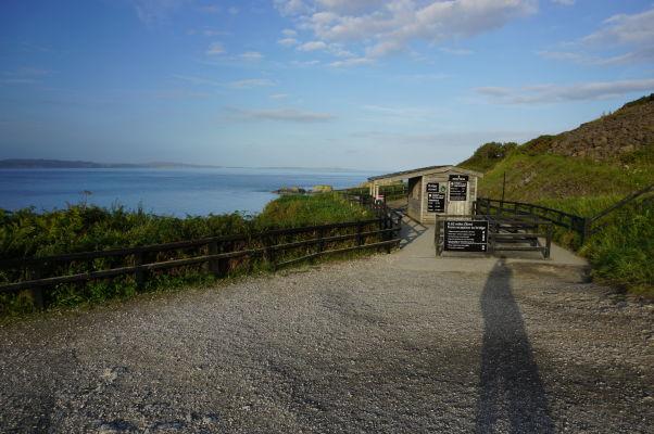 Vstup na chodník vedúci k lanovému mostu na ostrov Carrick-a-Rede