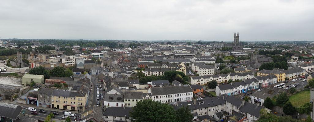 Pohľad na Kilkenny z veže Katedrály sv. Canicia - vľavo Opátstvo sv. Františka, vpravo vidieť vežu Katedrály sv. Márie a pred ňou tzv. Čierne opátstvo