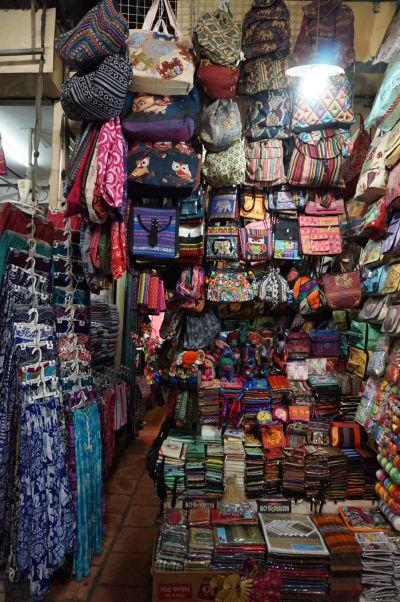 Ruský trh v Phnom Penhu - je obľúbený vďaka nižším cenám oproti iným trhom a nakúpite hlavne oblečenie a doplnky
