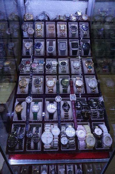 Ruský trh v Phnom Penhu - je obľúbený vďaka nižším cenám oproti iným trhom a nakúpite aj kópie značkových hodiniek a oblečenia