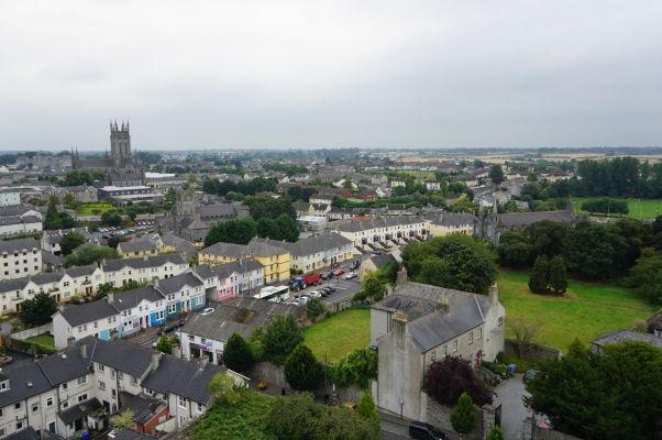 Pohľad na Kilkenny z veže Katedrály sv. Canicia - vľavo vidieť vežu Katedrály sv. Márie a pred ňou tzv. Čierne opátstvo, vpravo zasa Kostol sv. Canicia