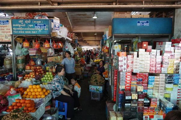 Centrálna tržnica (Central Market - Psar Thmey) v Phnom Penhu - vľavo ovocie, vpravo cigarety - ktorú stranu zvolíte?