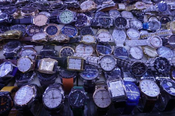 Centrálna tržnica (Central Market - Psar Thmey) v Phnom Penhu - fejkové hodinky patria medzi žiadaný tovar... pokiaľ ste na vážkach, či ide naozaj o fejky, tak niektoré z vystavených modelov normálne stoja 20 tisíc EUR