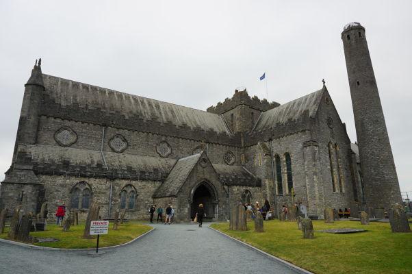 Katedrála sv. Canicia v Kilkenny so svojou typickou kruhovou vežou