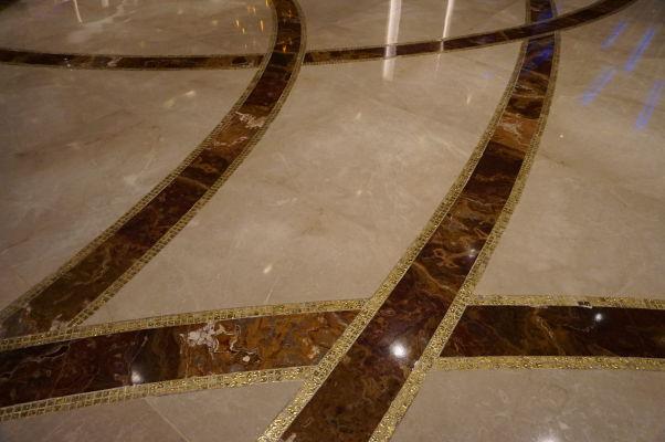 Superluxusný hotel a kasíno Galaxy v Macau v štvrti Taipa - i jeho podlahy sú dekorované zlatom