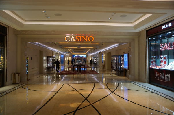 Superluxusný hotel a kasíno Galaxy v Macau v štvrti Taipa - obchodný dom a a kasíno sú prepojené tak, aby sa medzi nimi dalo plynulo prechádzať