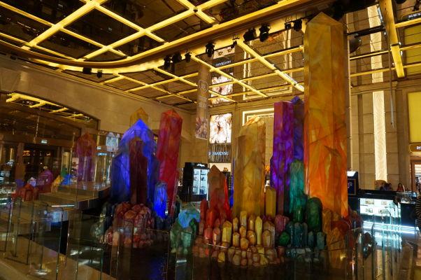 Superluxusný hotel a kasíno Galaxy v Macau v štvrti Taipa - v jeho útrobách návštevníci nájdu rôzne dekorácie, zväčša z kategórie gýčových, ale vždy z kategórie drahých