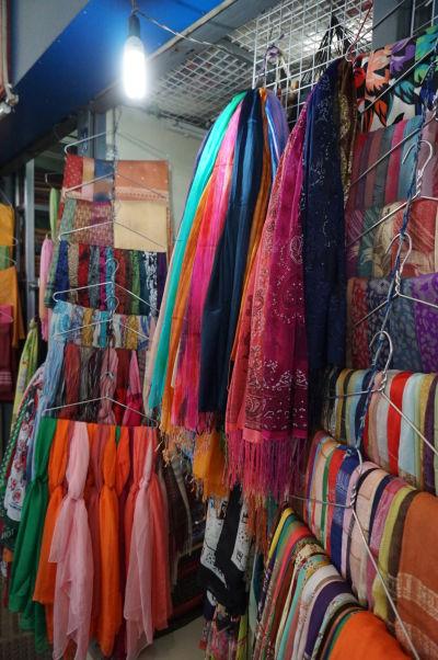 Centrálna tržnica (Central Market - Psar Thmey) v Phnom Penhu - môžete si tu kúpiť napríklad hodvábny šál