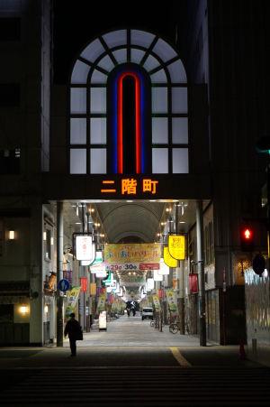 Pasáže sú otvorené celú noc, ale obchody väčšinou nie, až na niektoré reštaurácie