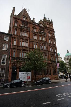 Ulice Belfastu sú plné budov v typicky ostrovnom štýle