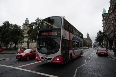 O verejnú hromadnú dopravu sa v Belfaste starajú najmä autobusy