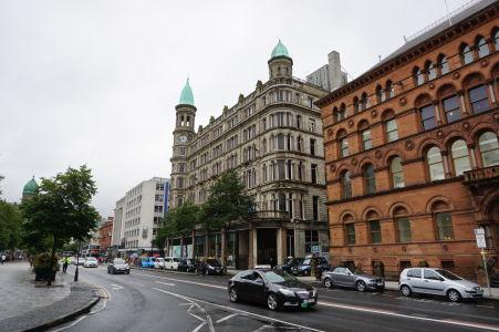 Jedna z hlavných ulíc Belfastu, vedúca popred radnicu