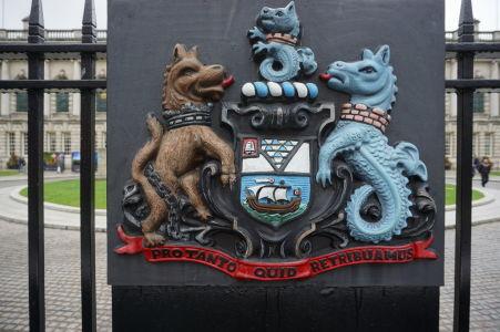 """Erb Belfastu s mottom """"Pro tanto quid retribuamus"""", teda """"Čím sa odplatíme za tak veľa"""""""