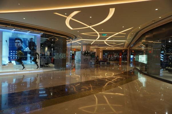 Superluxusný hotel a kasíno Galaxy v Macau v štvrti Taipa - jeho súčasťou je i luxusný obchodný dom