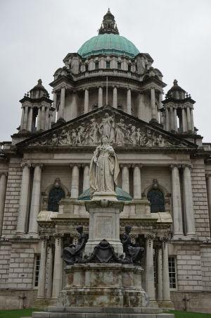 Mestská radnica v Belfaste - Pred ňou socha kráľovnej Viktórie, ktorá mu udelila štatút mesta