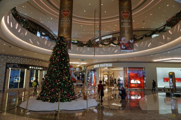 Superluxusný hotel a kasíno Galaxy v Macau v štvrti Taipa - jeho súčasťou je i luxusný obchodný dom s najdrahšími značkami