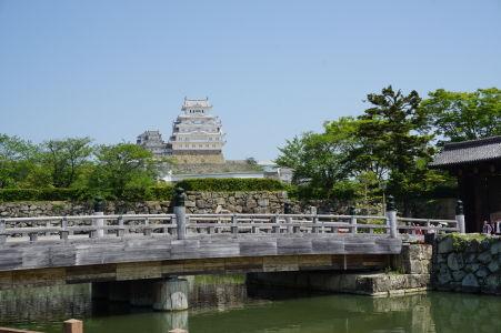 Hrad Himedži a mostík vedúci k vstupnej bráne