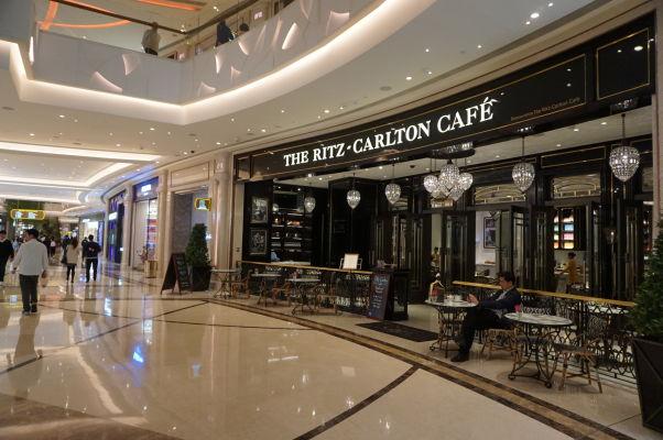 Superluxusný hotel a kasíno Galaxy v Macau v štvrti Taipa - jeho súčasťou je i luxusný obchodný dom s drahými reštauráciami