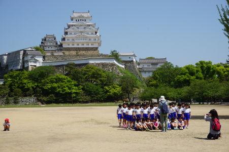 Hrad Himedži je obľúbenou destináciou nielen pre turistov, ale i miestne školské výlety