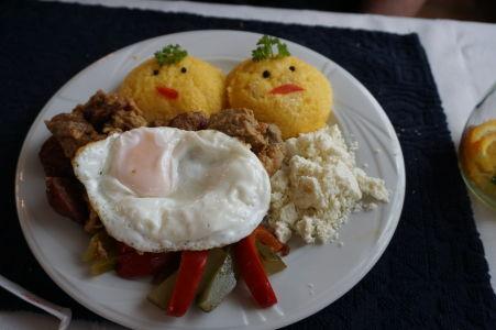 Tochitură - bohatý tanie plný mäsa, s vajíčkou ma polentou