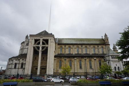 Katedrála sv. Anny v Belfaste s atypickým oceľovým stožiarom miesto veže a keltským krížom