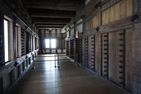 Interiéry hradu sú charakteristické dlhými chodbami lemovanými jednoduchými miestnosťami
