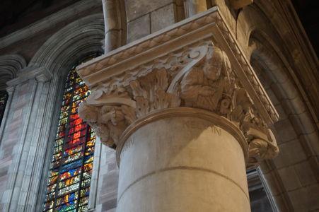 """Katedrála sv. Anny - """"Stĺp vedy"""" - Na jednom zo stĺpov je možné vidieť vyryté mená najväčších vedcov histórie"""