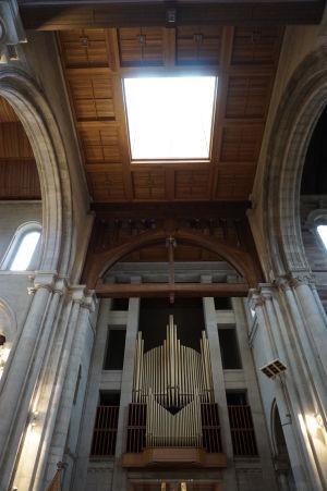Katedrála sv. Anny - Organ a stropné okno, nad ktorým sa týči oceľový stožiar (veža)