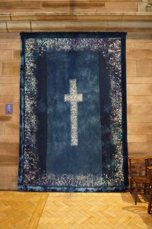 Tapiséria s ručne vyšívanými krížmi - je ich tu viac ako 1500, jeden za každú obeť z Titanicu
