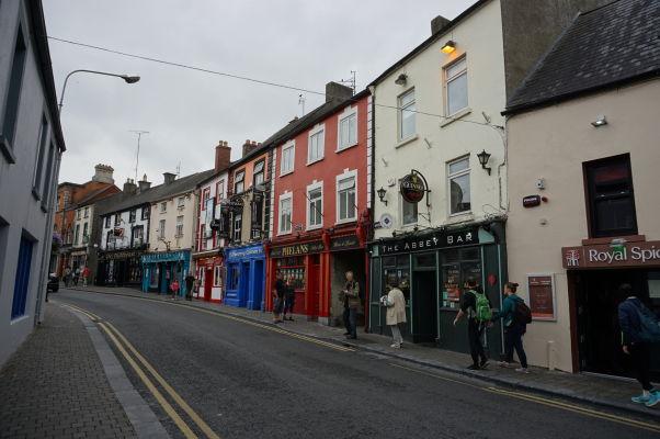 Ulica Parliment Street v Kilkenny - o krčmy a bary tu nie je núdza