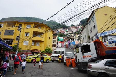 Favely sú chudobné štvrte, rozprestierajúce sa väčšinou na kopcoch a typické farebnými domčekmi