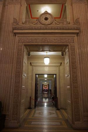 Hlavná chodba parlamentu Severného Írska v Belfaste - Hodiny a mramor