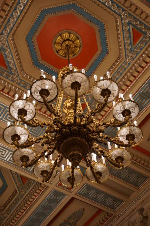 Hlavná chodba parlamentu Severného Írska v Belfaste - Luster darovaný Nemcami anglickému kráľovi ešte pred vojnou