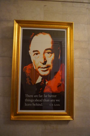Portrét spisovateľa C. S. Lewisa v severoírskom parlamente