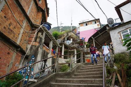 Vďaka hornatému terénu je nutných veľa schodov pre zdolanie celej favely
