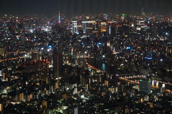 Tokyo Skytree - najvyššia veža sveta - výhľad na večerné Tokio, v pozadí farebná veža Tokyo Tower