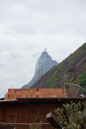Socha Krista má výborný výhľad na celú favelu Santa Marta