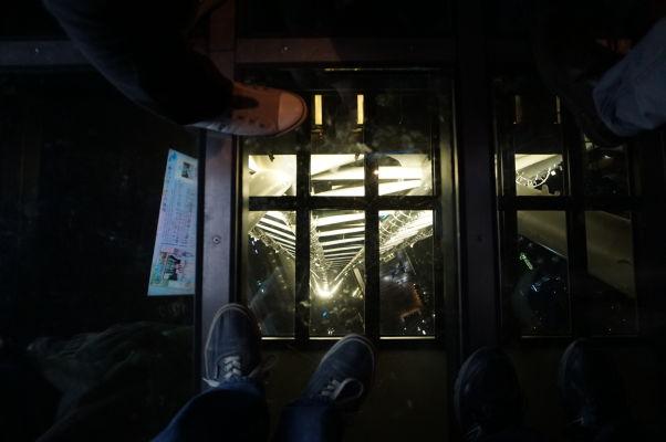 Tokyo Skytree - najvyššia veža sveta - pohľad z výšky 350 metrov cez sklenenú podlahu