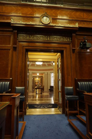 Vstupné dvere s hodinami v dolnej komore severorírskeho parlamentu v Belfaste