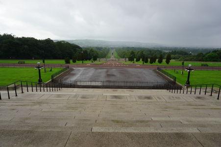 Dlhý park pred budovou parlamentu Severného Írska v Belfaste
