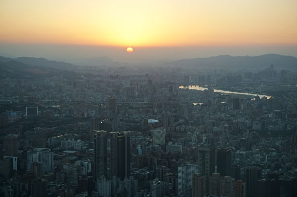Západ Slnka nad Tchaj-pejom z mrakodrapu Taipei 101