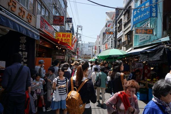 Rybia tržnica Cukidži (Tsukiji) v Tokiu s množstvom stánkov i reštaurácií