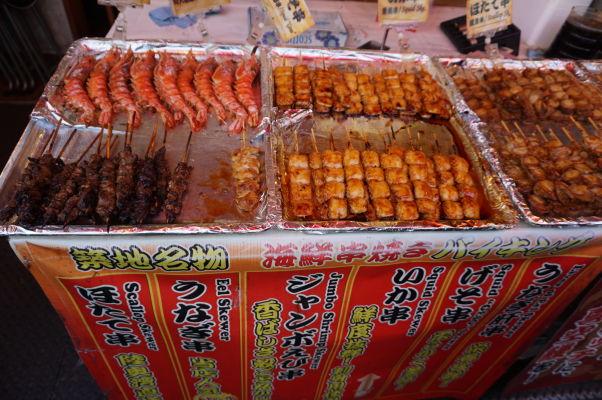 Na rybej tržnici Cukidži (Tsukiji) v Tokiu je možné kúpiť mnoho pochúťok